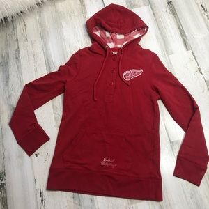 Red wings ladies pull over size small ⬛️